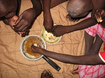 African_family_eating